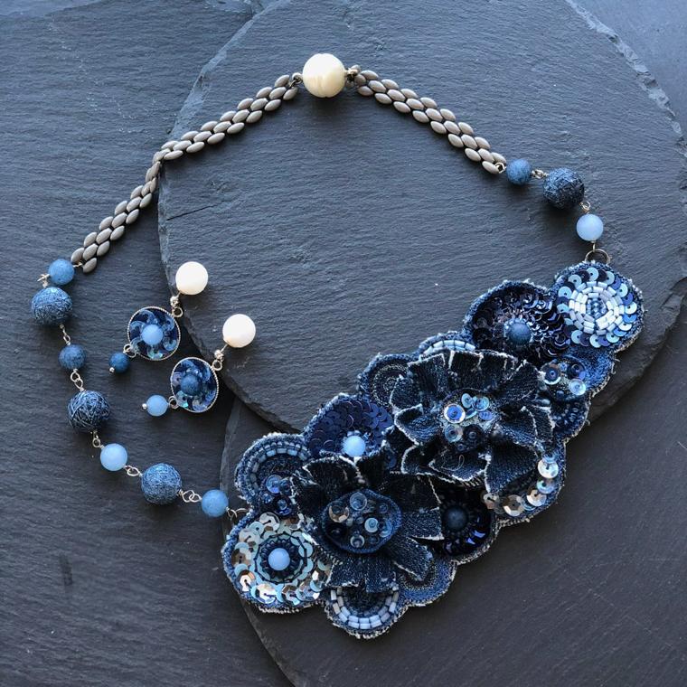 すくも藍コンテスト『ブティック社賞』すくも藍beadsとユーズドデニムのアリ刺繍ネックレス&ピアス」鶴巻 知子 様
