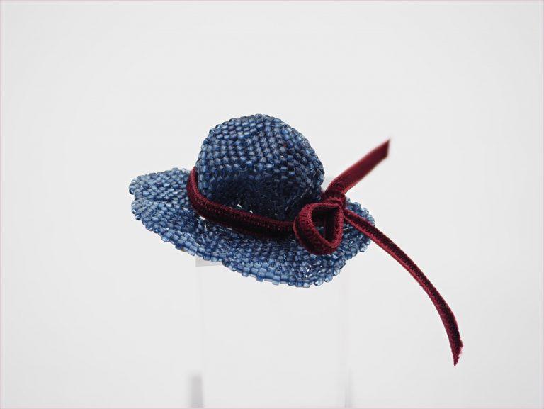 小菅 はるみ - 藍ビーズの2wayブローチ、帽子
