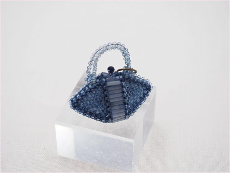小菅 はるみ - 藍ビーズのバッグチャームのバッグ